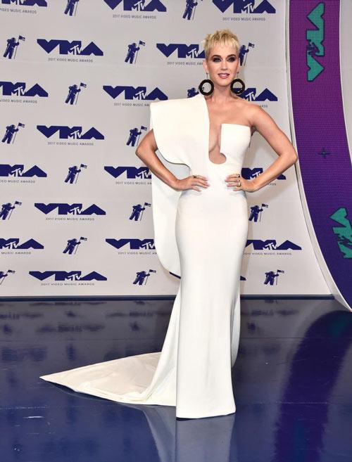 katy perry en une robe de gala blanche longue asymétrique