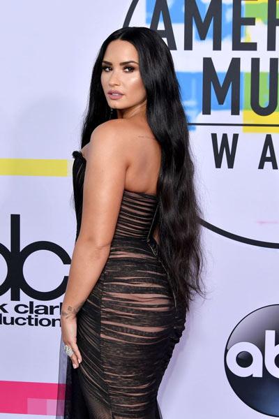 Sexy robe cocktail noire Demi Lovato