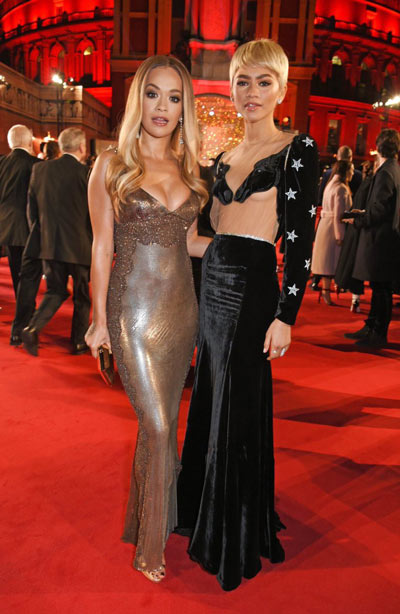 Rita Ora et Zendaya sur le tapis rouge des Fashion Awards 2017