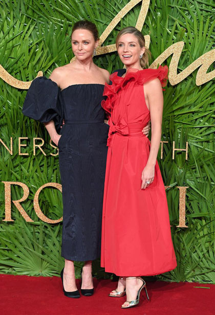 Stella McCartney en robe noire et Annabelle Wallis en une robe cocktail rouge