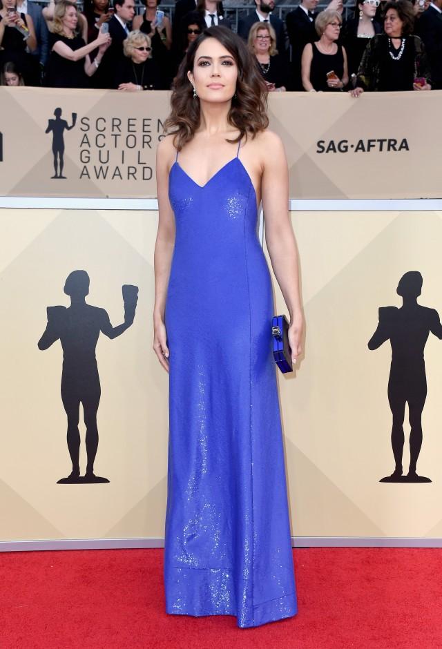 Mandy Moore en une robe de cocktail bleu longue simple avec bretelle fine