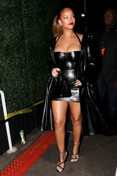 Rihanna en min robe cocktail noire fourreau au concert de Jay-Z