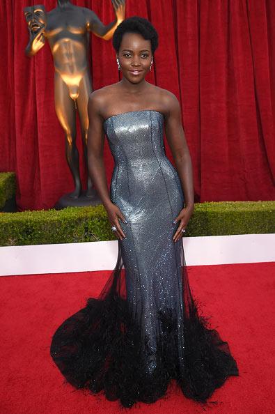 Lupita Nyong' o en une robe de soirée longue bustier droit orné de plumes