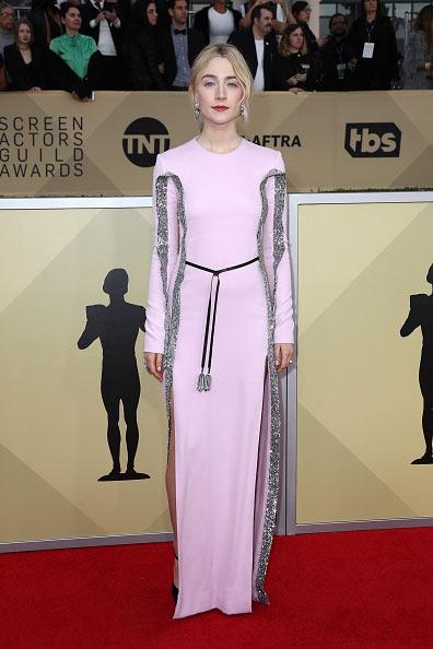 Saoirse Ronan en robe élégante de cocktail longue à manche longue