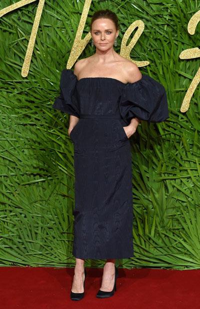 stella mccartney en une robe cocktail noire à manche volanté