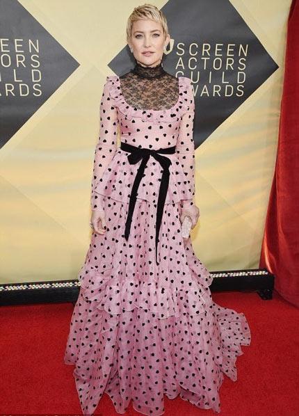 Kate Hudson dans une robe de cocktail rose à manche longue col montant