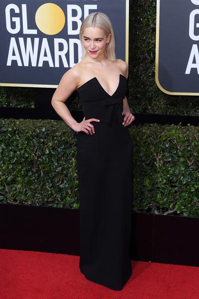 Emilia Clarke dans une robe noire cocktail col décolleté
