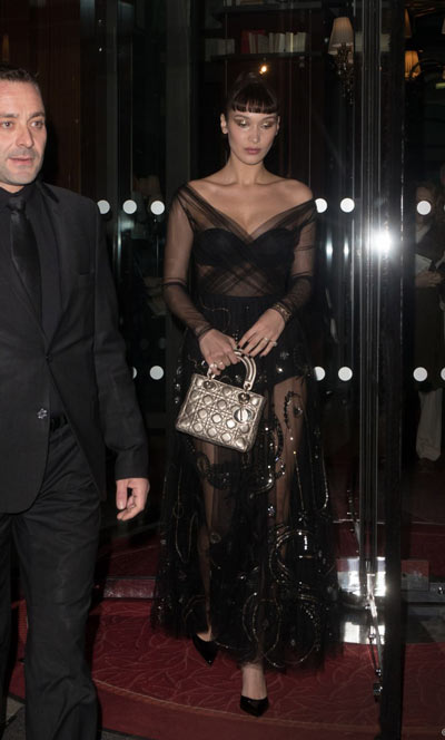 Bella Hadidporte une robe cocktail sexy noire transparente avec manche