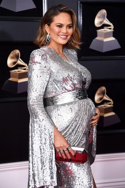 Chrissy Teigen aux Grammy Awards en robe Yanina Fashion