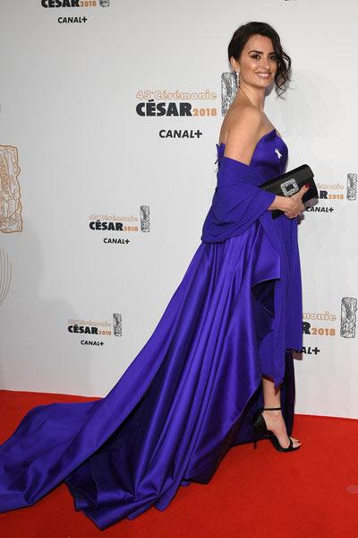 Pénélope Cruzen une robe de soirée bleu longue au sol avec étoile aux César 2018