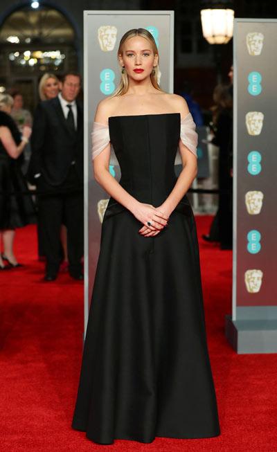 Jennifer Lawrence en une robe de gala noire élégante simple