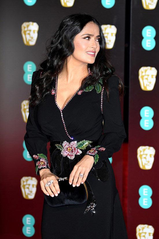 Salma Hayek en robe de soirée élégante orné de fleurs