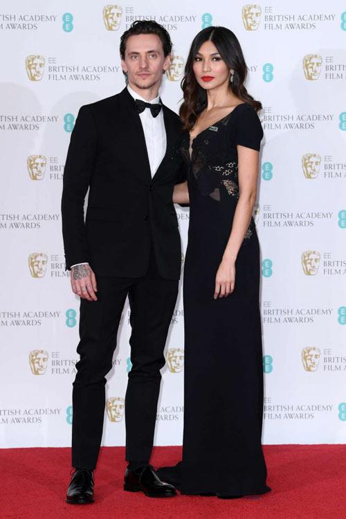 Gemma Chan en une robe de soirée noire élégante col en V aux BAFTA Awards 2018