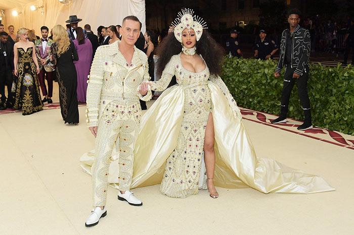 Cardi B robe de luxe garnie de bijoux & perles avec fente haute de cuisse