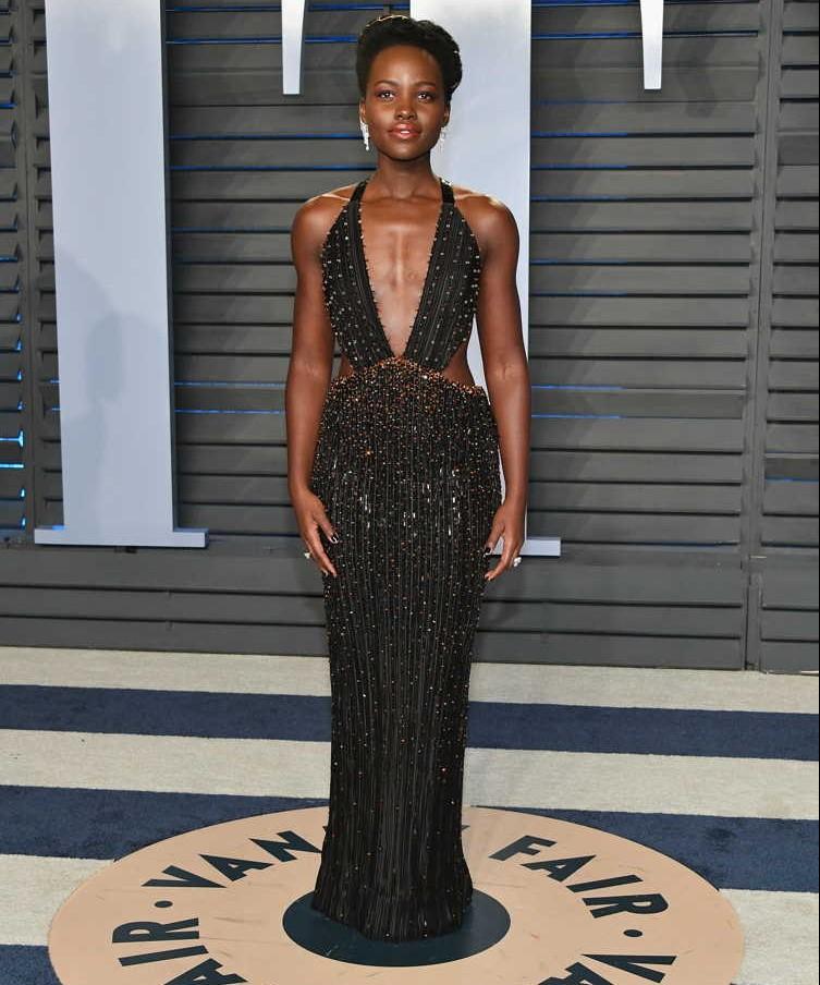 robe de soirée noire fourreau sexu col décolleté en V style Lupita Nyong'o