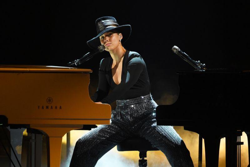 Alicia Keys dans un body Alix noir au décolleté plongeant avec un pantalon scintillant bouffant Grammy 2019