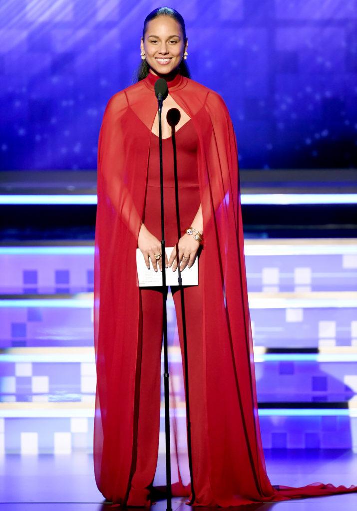 Alicia Keys en une combinaison rouge avec cape Grammy 2019