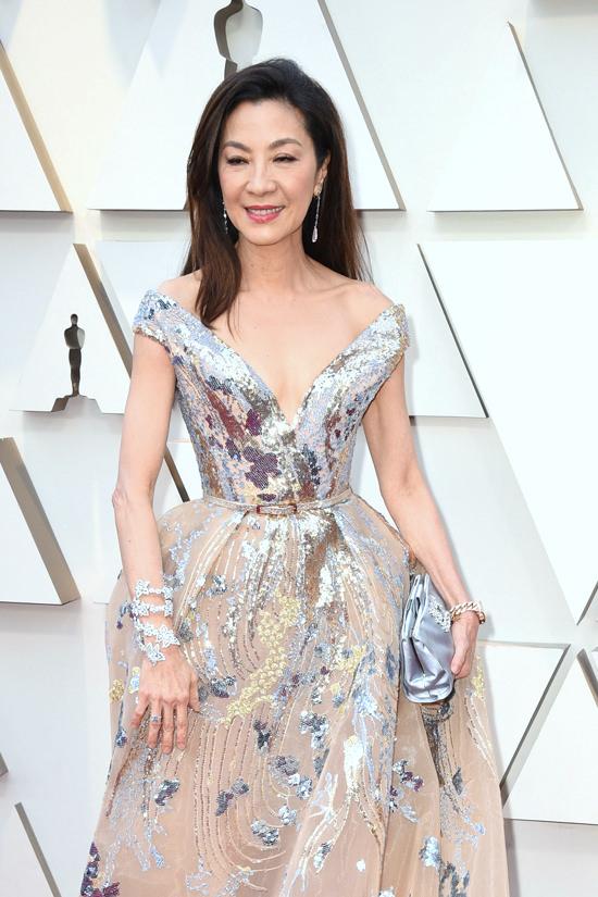 Michelle Yeoh en robe de soirée col en V princesse aux oscars 2019