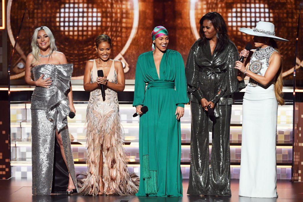 Alicia Keys en combinaison verte ample par Oscar de la Renta