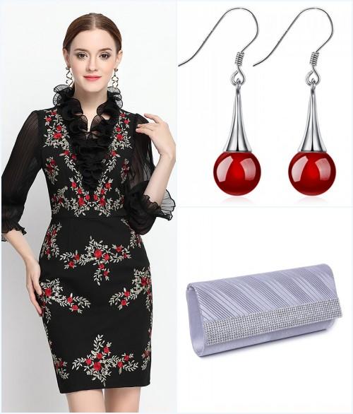 robe de cocktail courte à volants vintage, boucles d'oreilles et sac argenté