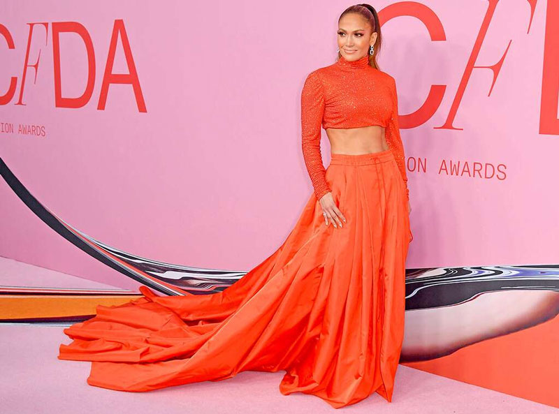 Jennifer Lopez dans un look total orange au CFDA Fashion Awards