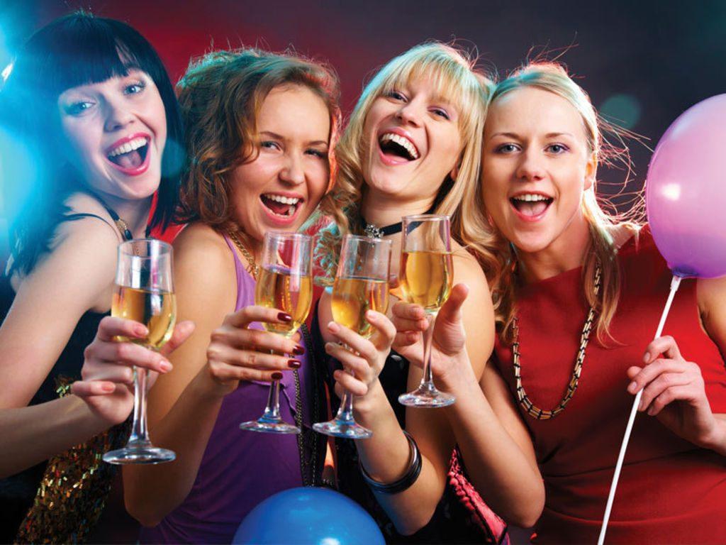 Les femmes se postent des belles robes de cocktail dans la soirée