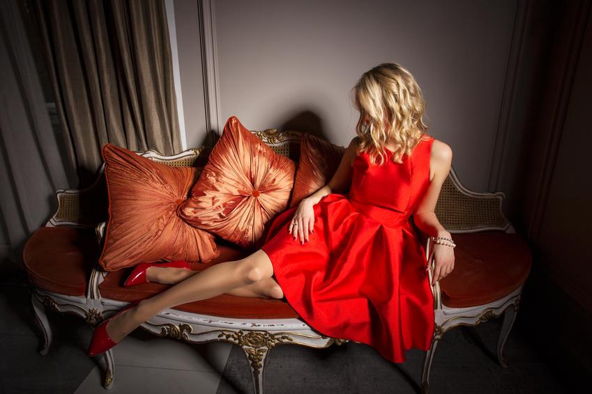 femme en robe rouge sur un canapé