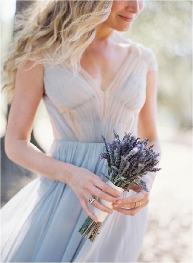 robe bleue en tulle décolleté V
