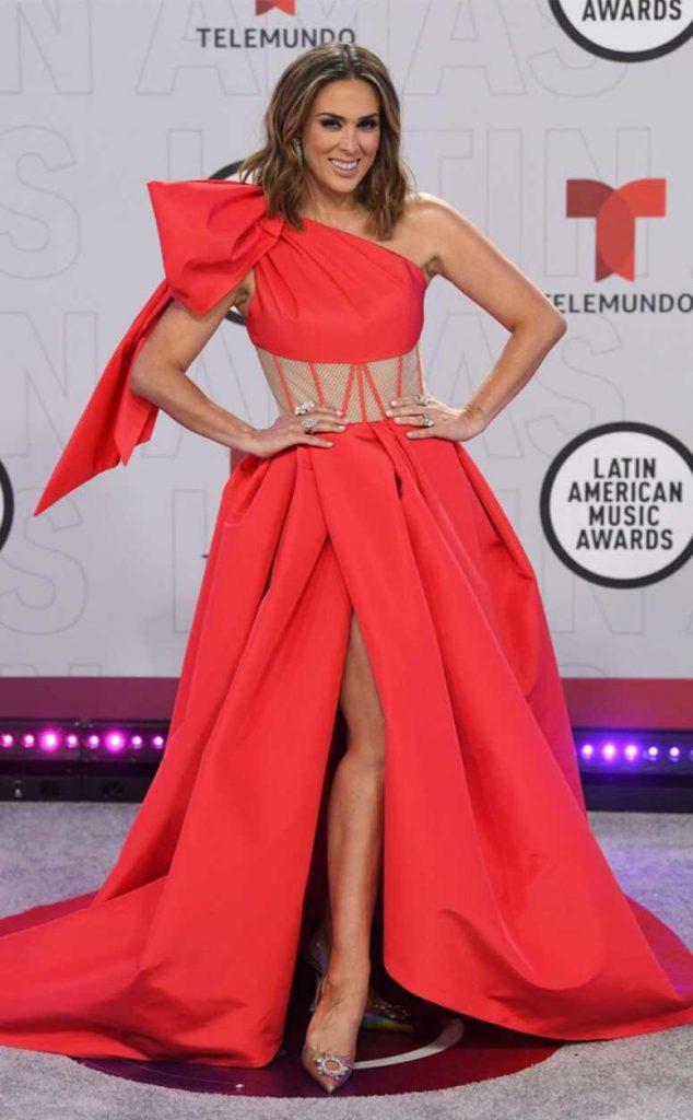 robe rouge fendue col asymétrique taille illusion de Jacky Bracamontes